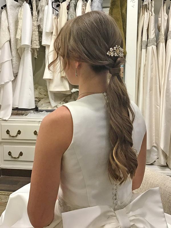 Peinado-novia-coleta-diadema-ondas-vestido-cerrado