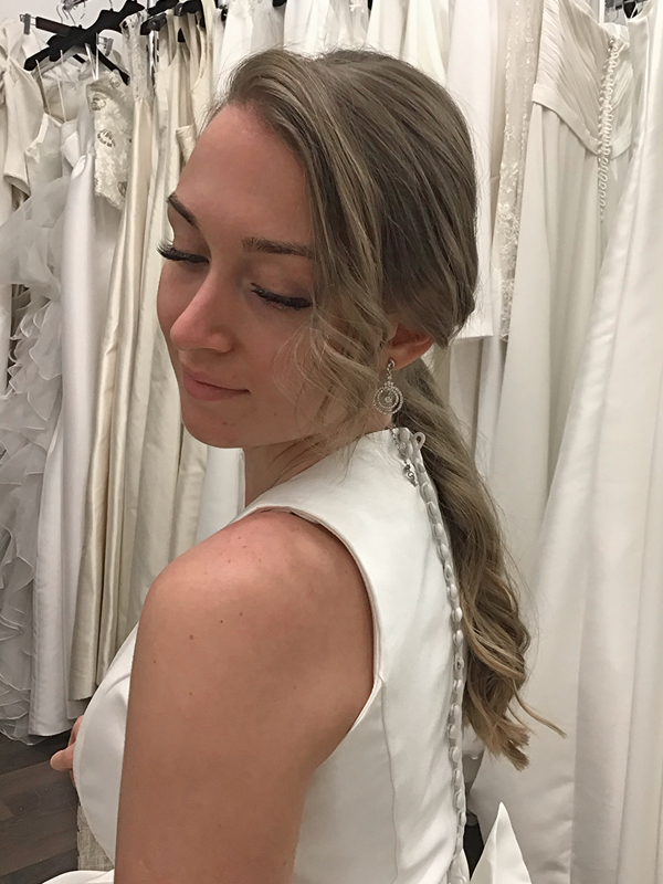 Peinado-novia-coleta-ondas-vestido-cerrado