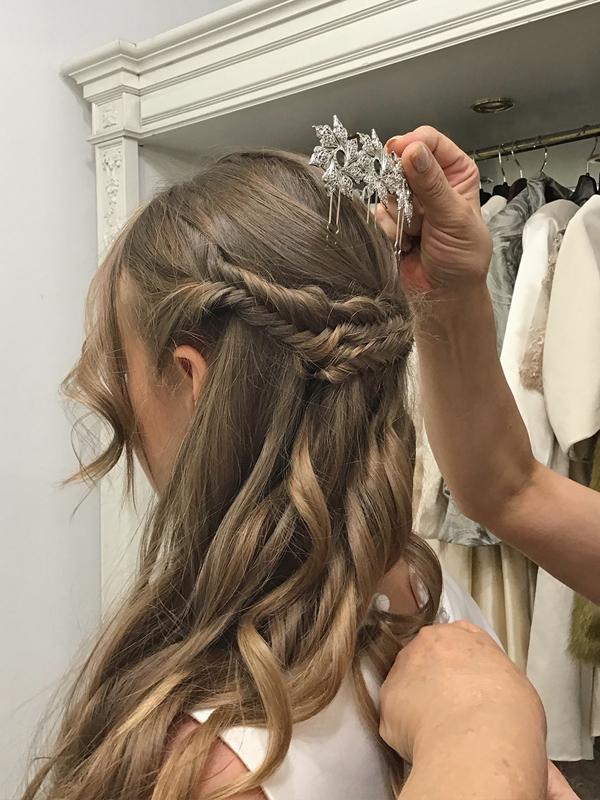 Peinado-semirecogido-novia-vestido-espalda-descubierta-horquilla