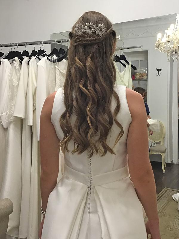 Peinado-semirecogido-ondas-horquilla-novia-vestido-espalda-cerrada