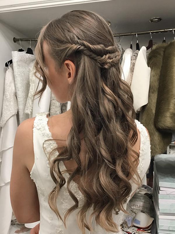 Peinado-semirecogido-trenzas-espiga-ondas-novia-vestido-espalda-descubierta