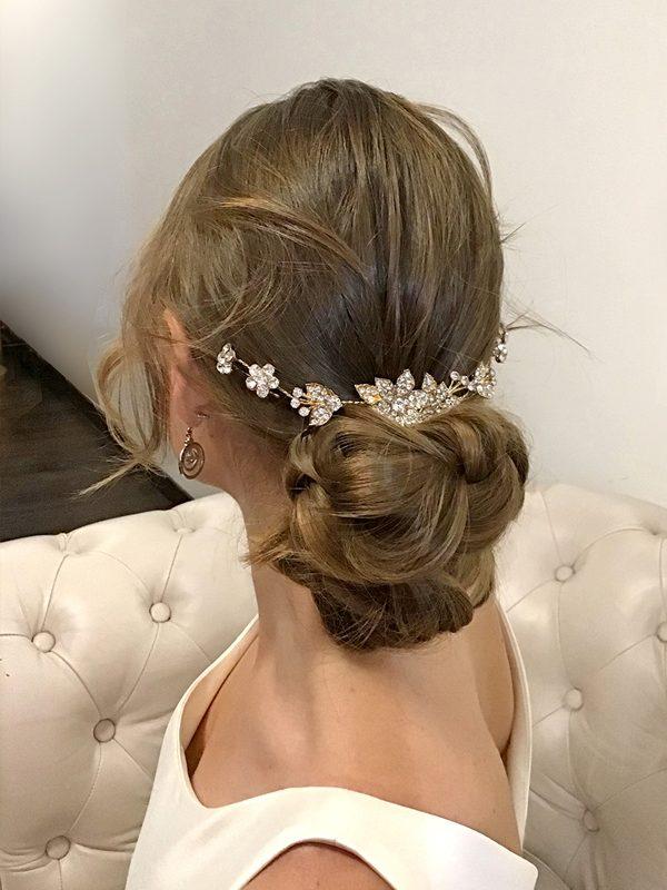 Moño-bajo-diadema-vestido-novia-escote