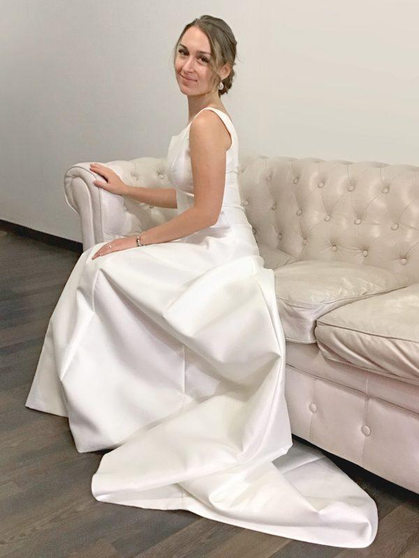 Moño-bajo-diadema-vestido-novia-mikado-escote